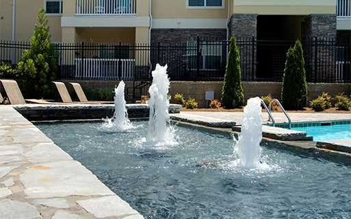 Menlo Creek apartments for rent in Duluth, GA - Expansive swimming pool with fountain features