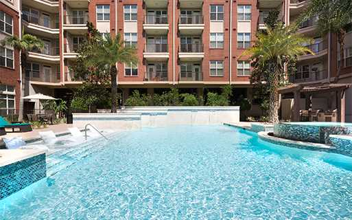 Greenway Plaza apartments for rent near Memorial Hermann Hospital - Metro Greenway Pool with infinity spa