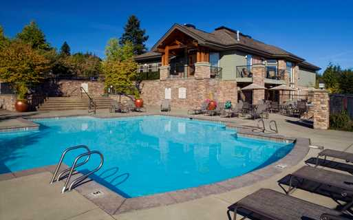 Boulder Creek apartments in Issaquah Highlands near Cosco - Outdoor pool and spa with sundeck and bbq grills