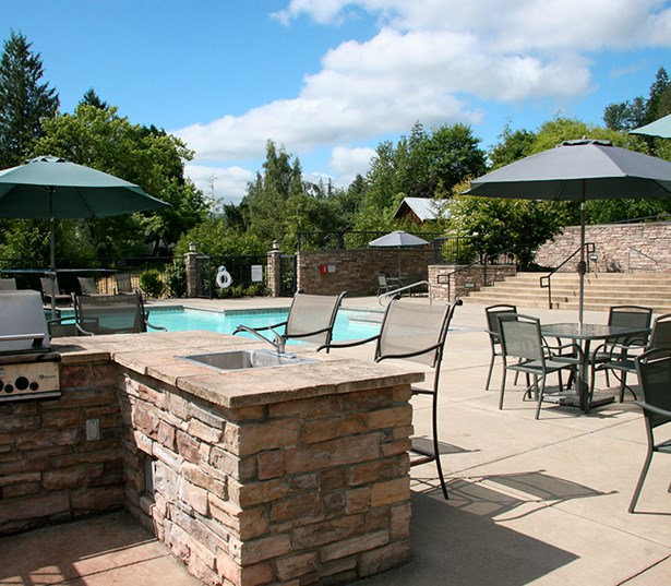 Boulder Creek apartments in Klahanie near Boeing - Outdoor grilling station and dining area
