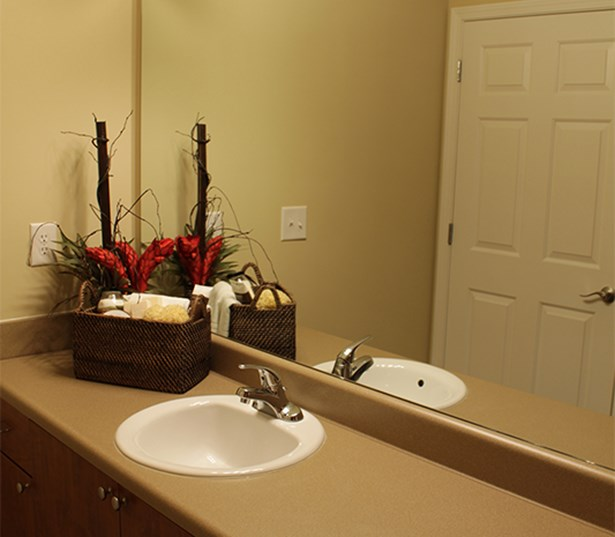 Berkeley Hills Country Club apartments in Duluth - Menlo Creek Roomy bathroom all with linen closets