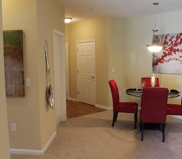 Menlo Creek apartments for rent in Suwanee - Spacious entryway and 9' ceilings