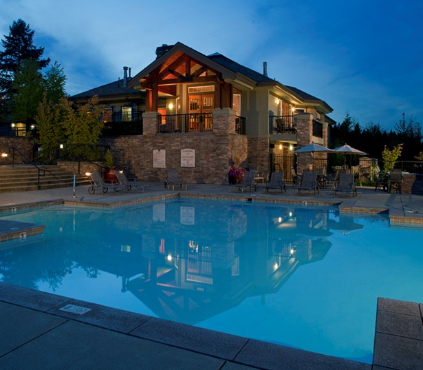 Issaquah Plateau apartments in Sammamish - Boulder Creek Swimming pool with lodge style clubhouse