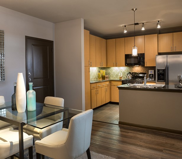 Greenway Plaza Apartments: Metro Greenway