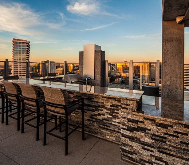 SkyHouse Dallas - Outdoor kitchen - Harwood Apartments