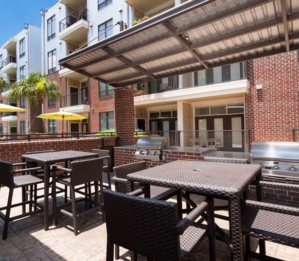 2125 Yale Outdoor Grill Houston TX - The Heights