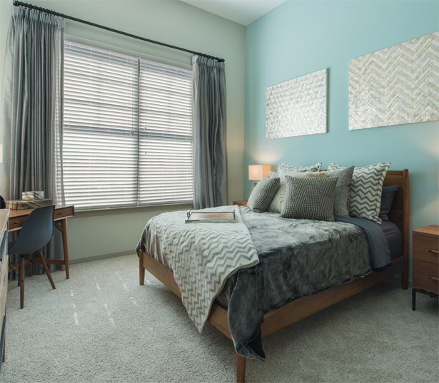 2700 Charlotte Large windows allow ample natural light - apartments in west nashville area