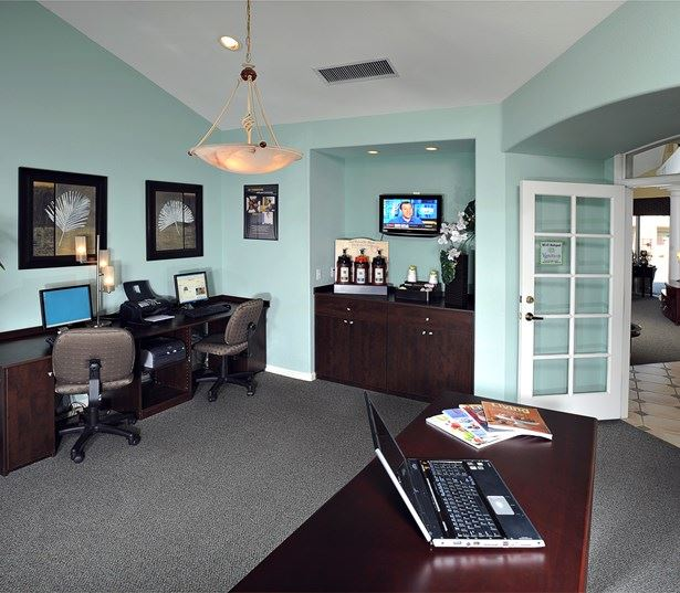 Chandler, Arizona apartments for rent - Coronado Crossing Business Center and coffee bar