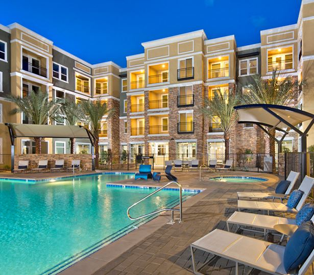 Luxury apartments phoenix - District at Biltmore sundeck