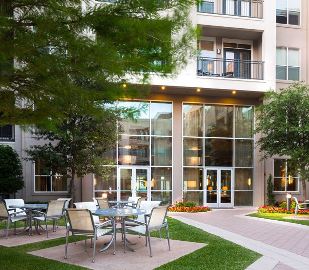 The Icon at Ross courtyard - Apartments near Baylor Medical Center Dallas