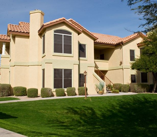 Mesa Gateway Apartments for rent in Chandler, AZ - Coronado Crossing manicured landscaping