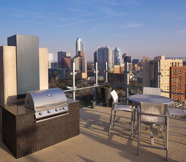 Downtown Austin Apartments   SkyHouse Austin Rooftop Grilling And Dining  Areas