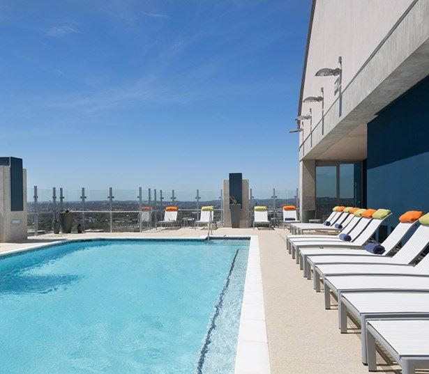 apartments for rent in downtown austin tx - SkyHouse Austin Rooftop pool and sundeck