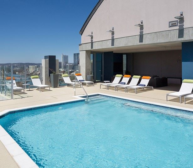 Austin apartments for rent downtown - SkyHouse Austin Rooftop pool with amazing views