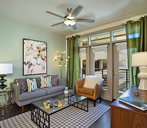 Citrine apartments in Old Town - Spacious living room with hardwood flooring